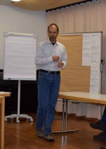 Christoph Breithack beim Vorführen einer rhythmischen Übung