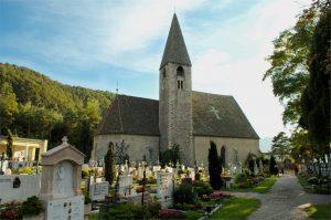 Die alte Peter-Kirche in Auer