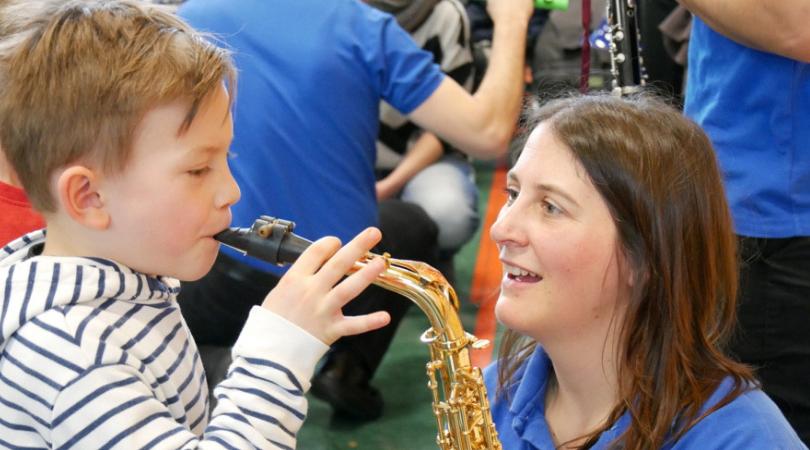Nach dem Konzert konnten die Kinder Instrumente ausprobieren.