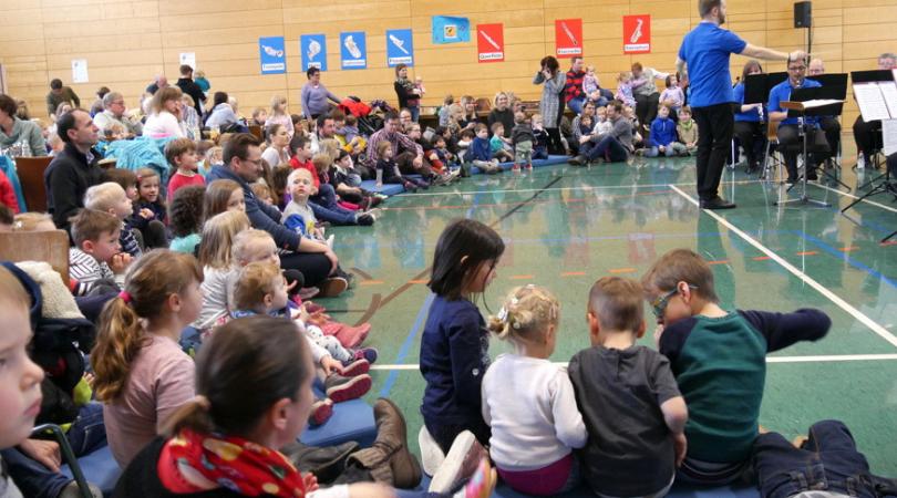 Als Sitzgelegenheiten für die Kinder lagen Matten direkt vor dem Orchester.